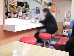 店内:カウンターとテーブル席@長浜ラーメン・じろう・西新