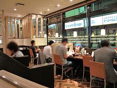 店内:カウンターとテーブル席@やよい軒・天神2丁目店