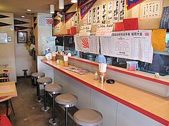 店内:カウンターとテーブル@ラーメン一龍・小倉