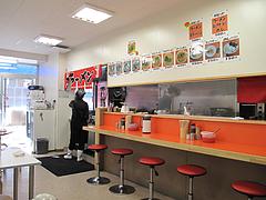 店内:カウンターとテーブル席@元祖長浜ラーメン・ぶんりゅう