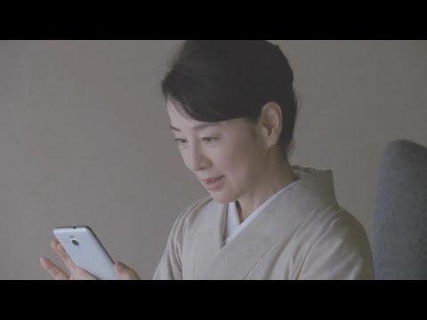 メッセージを読む吉永小百合。