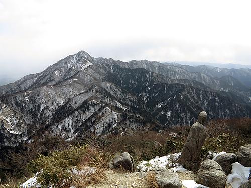 県境稜線縦走路_御在所岩場より鎌ヶ岳を望む