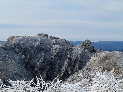山上ヶ岳より稲村岳と大日山