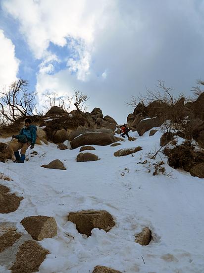 鎌ヶ岳岩場を下山中