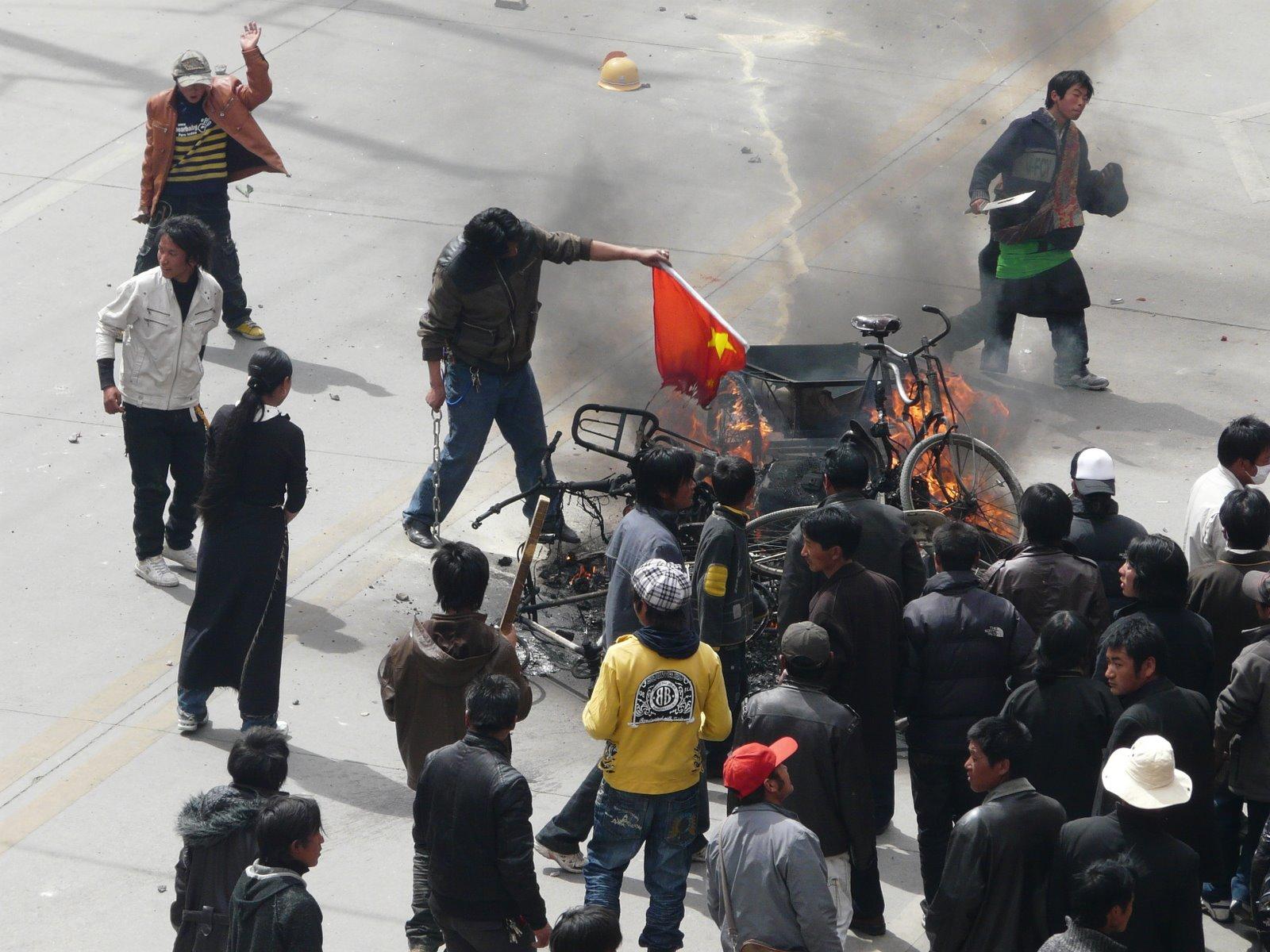 チベット人に扮した警察官がデモ隊を扇動