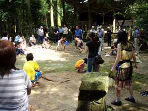 神社で相撲