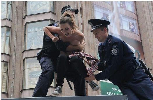 【画像】ノーブラでデモしたまんさんが逮捕されるwww