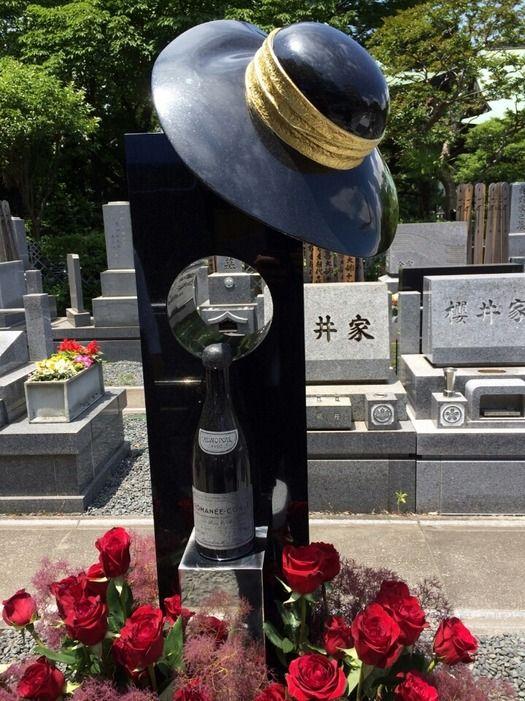 【画像】故川島なお美さん、5千万円の墓にはロマネコンティ像www