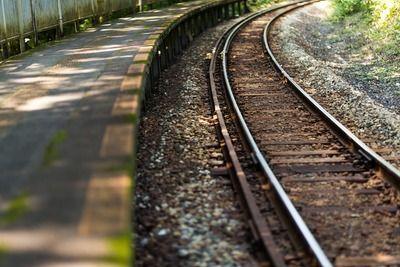 踏切で自転車脱輪→電車接近→退避→電車がはねた自転車が直撃→死亡