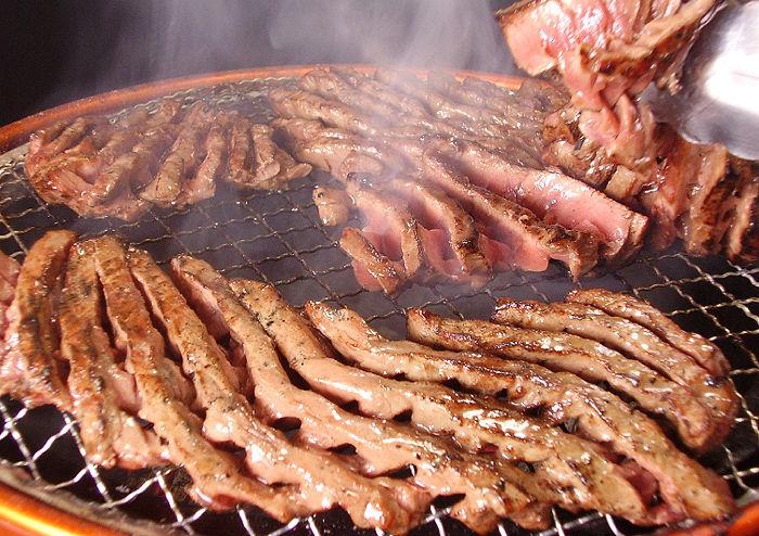 焼肉で肉をドバーッと網に乗せる奴の人間性が理解出来ない