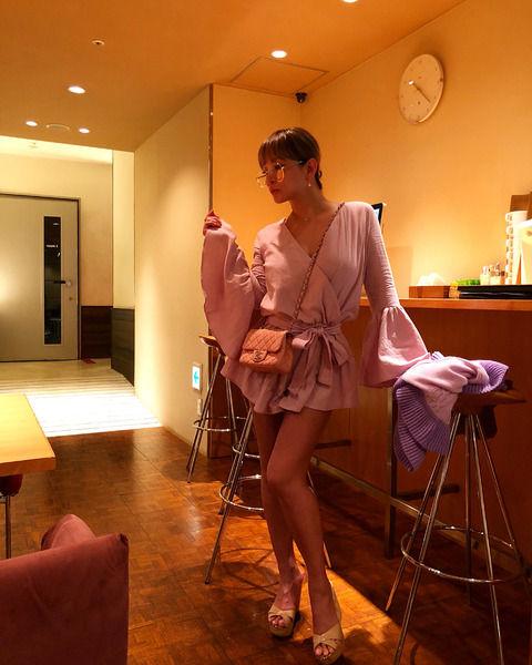 """"""" 浜崎あゆみ """"、ピンクのミニ丈フリル衣装で美脚披露「めっちゃセクシー」"""
