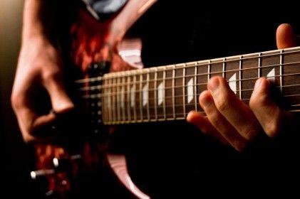 【悲報】ワイガイジ、全く弾けないのに60万のギターを注文
