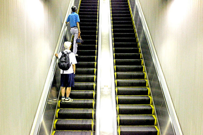 専門家「エスカレーターでは歩くな」 駅員「エスカレーターでは歩くな」