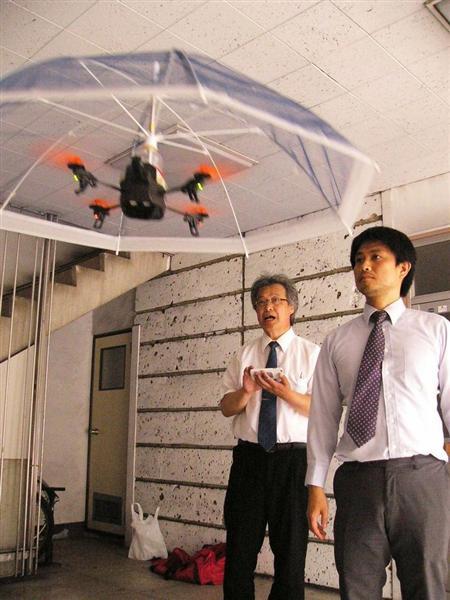 手放しで傘をさせる時代が来た!いつも頭上で浮遊する「ドローン傘」目下開発中 自転車を追いかける傘も(写真あり)