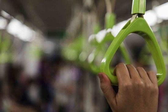 電車で座席に座った女性、そばにいた老夫婦の言葉に絶句www