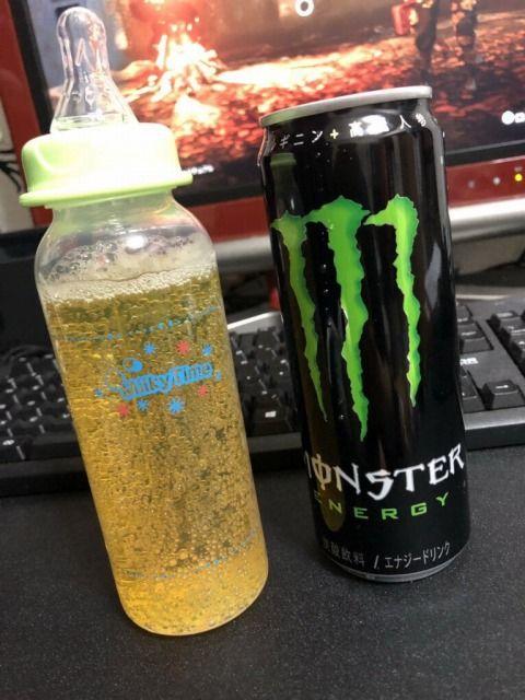 【悲報】モンスターエナジーを哺乳瓶で飲むのが流行してしまう
