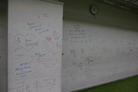 壁には来訪記念の落書きが