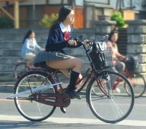 自転車にまたぐJKの痴態