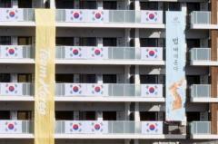 五輪選手村、韓国選手団の新たな垂れ幕がネット上で賛否 「逆に面白い」