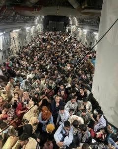 米軍機内にアフガン人600人超 劇的な退避作戦の写真公開