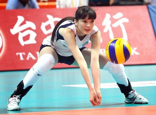 Sabina-Altynbekova-playing-volleyball-sexy_IERO