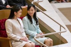 眞子さまと佳子さま 公務スタイルから素顔まで「まるで対照的」