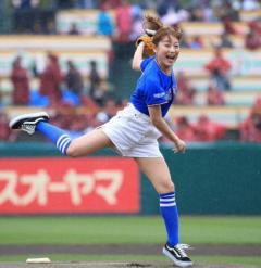 鈴木奈々、初の始球式で試合開始遅れる スポンサーが謝罪