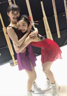 """本田真凜&村上佳菜子、姉妹のような""""抱きつきショット"""""""