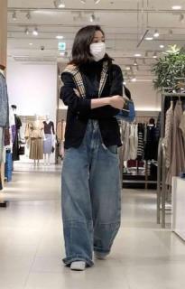 永野芽郁、六本木ヒルズで買い物姿を激写「私服がダサすぎる」