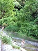 鮎川で川遊びする子供たち