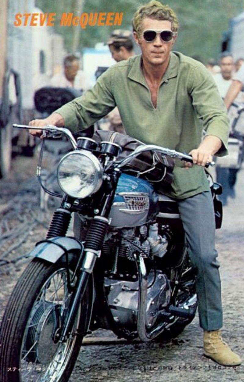 大御所、スティーブマックイーン。かなりバイク大好きな大先輩です。 ラフなファッションでもカッコいいですね。  青いボンネビルとグリーンのシャツがイイですね。