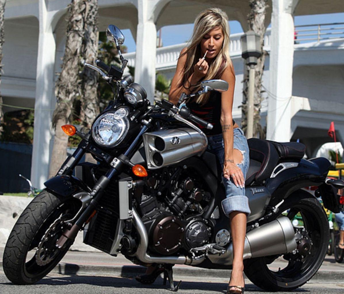 この娘は、この恰好で、New V MAX 。サンダルです。 バイクに乗るなら、それなりのいでたちが必要ですよね?  ジェシカちゃん、もうママになったのに、、、。
