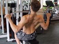 背中を広く、広背筋のトレーニング。ラットプルダウンのやり方。