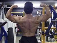 広く厚い広背筋を目指すボディビルダーの背中トレーニング