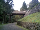 八王子城20城山川沿いの道より曳橋と虎口を見上げる