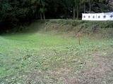 09本丸-御前曲輪間の空堀より御前曲輪を見る