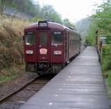 間藤駅を出る電車