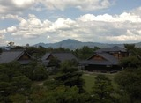 16二条城天守台より本丸御殿と比叡山を望む