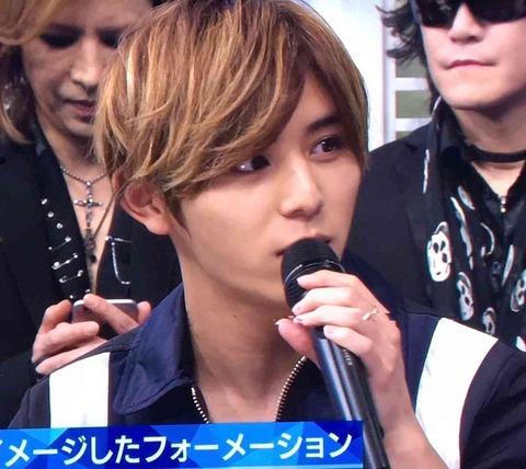 山田涼介が喋ってる後ろでYOSHIKIがスマホいじり