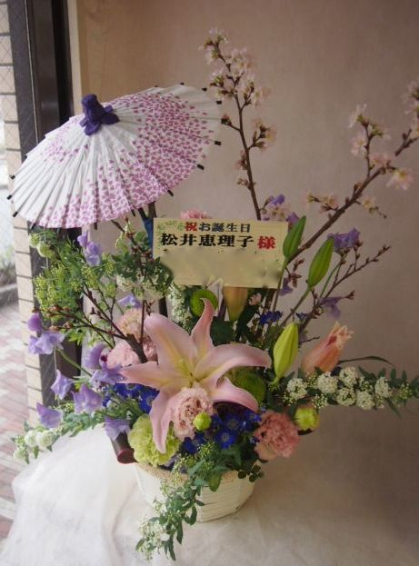 花ギフト|フラワーギフト|誕生日 花|カノシェ話題|スタンド花|ウエディングブーケ|花束|花屋|季節の和傘入りアレンジメント