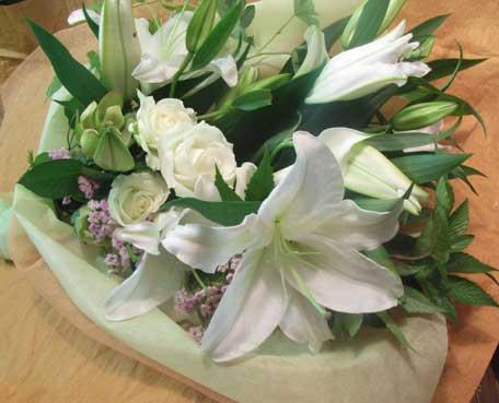 花ギフト|フラワーギフト|誕生日 花|カノシェ話題|スタンド花|ウエディングブーケ|花束|花屋|ユリ白バラ