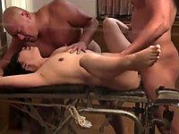 夫婦交換セックスで強烈な刺激に襲われ悶絶する奥さん!