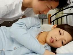 若くて超美人な巨乳ママに欲情してお昼寝中に、そっと生でハメハメしちゃう!