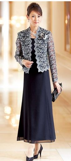 スカートよりワンピーススタイルのほうがマシな気がして、シンプルな黒のノースリーブワンピースと羽織物。この組み合わせでいくことにしたわ。