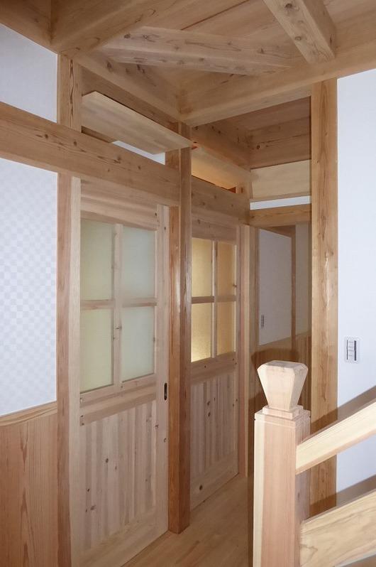 京都府木津川市新築一戸建て住宅 子供室入口の回転窓と引戸