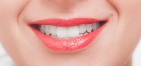 【笑顔で脳のアンチエイジング】女性の口元