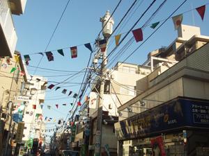 万国旗がはためく蒲生中央通り商店街