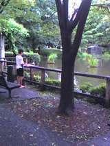 後谷公園で写生する少年