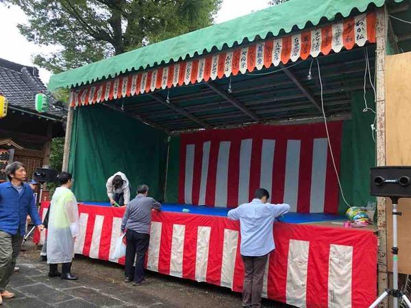 本日開催の上戸田氷川神社秋まつり・奉納演芸の設営準備が進んでいます。午後3時から子どもたちの踊りやミュージシャンによる演奏、午後5時半から演芸開始。神様に笑顔を奉納します。