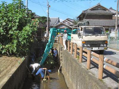 水路の泥上げ